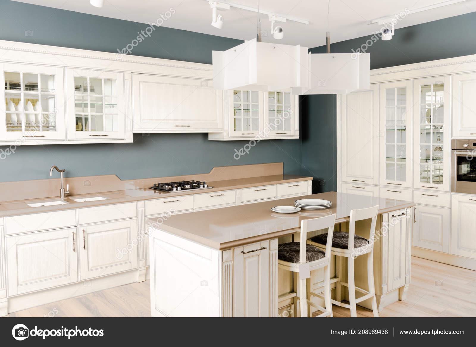 Interiore Della Cucina Moderna Luminosa Con Mobili Legno Bianco ...