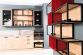interiér moderní čisté lehké kuchyně kuchyňské linky a červená police