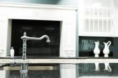 Fényképek része a csapot, és mosogató barokk stílusú modern konyha