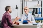 Fotografia paziente che ha conversazione con il fisioterapista durante lappuntamento in ospedale
