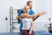 fyzioterapeut, natahovat ruku pacientů na masážní stůl v nemocnici