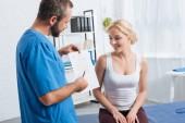 schema di corpo umano visualizzando fisioterapista alla donna sul lettino da massaggio in ospedale