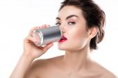 Fotografie krásná dívka pití soda z plechovky, izolované na bílém