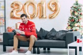 šťastný člověk pomocí digitálních tabletu během nového roku 2019