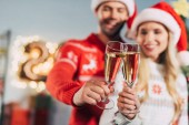 Fotografie selektiven Fokus des Paares mit Champagner Gläser Klirren und feiern Neujahr