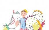 Fotografia bambino adorabile pensoso in corona gialla, isolato su bianco con i dinosauri immaginari