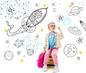 nadšený školák směřující nahoru a s myšlenkou zatímco sedí na hromadě knih s batohem izolované na bílém s svět fantazie, kosmické lodě a planety