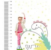 Fotografie usmívající se dítě, stojící na hromadu knih vyšší izolované na bílém s imaginární dinosaura a růst opatření