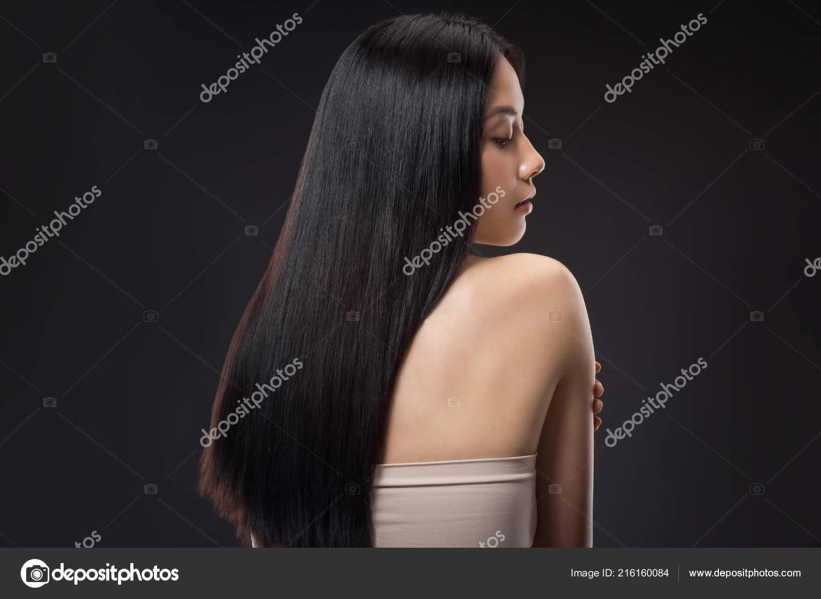 Arkadan Görünüşü Güzel Asyalı Kadın Ile Düz Parlak Saçlar Için