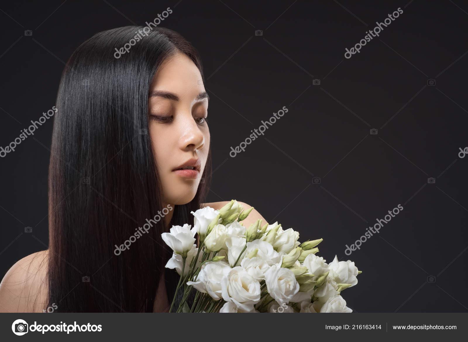 eca19372973 Portrét asijské ženy krásné tmavé vlasy a kytice bílá eustoma izolované na  černém pozadí– stock obrázky