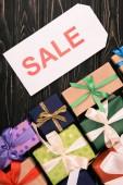 pohled shora prodej znamení a vánoční dárky na dřevěný povrch