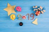 Fotografie pohled shora Prasátko Bank, vánoční dárky a 2019 symbolu na modré dřevěný povrch