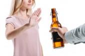 oříznutý obraz blond žena odmítá láhev nezdravé piva izolované na bílém