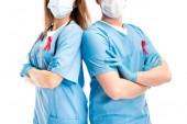 Fényképek levágott kép az orvosok, orvosi maszkok állandó keresztezett karokkal elszigetelt fehér és vörös szalagok, világ aids nap koncepció
