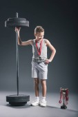 Fotografie lächelnde Junge Sportswear mit Langhantel und Medaille betrachten der Landesmeister auf dunklem Hintergrund