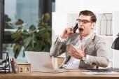 naštvaný podnikatel mluvil po telefonu a křičí na pracovišti v úřadu
