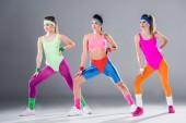 krásné sportovní mladé ženy trénink cvičení aerobiku na grey
