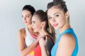 atraktivní mladých sportovců ve sportovní stojí dohromady izolované Grey