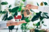 částečný pohled lidí výměnu pytloviny pytel s znak dolaru a model domu