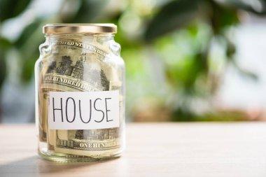 cam kavanoz doları banknot ve yazıt ev ile yakından görmek