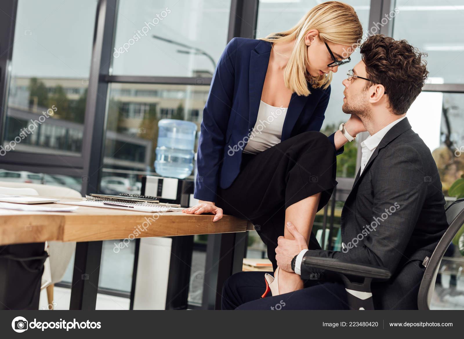 Fröhlicher Mann und Frau arbeiten und Flirten im Business-meeting Stockfotografie - Alamy