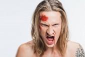 zblízka vztek výkřiky člověka s krvavé rány na tváři izolované na bílém