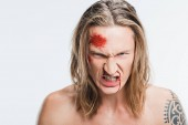 zblízka rozhněvaný muž s krvavé rány na tváři se zračila zuby izolované na bílém
