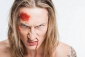 zblízka rozhněvaný muž s krvavé rány na tváři izolované na bílém