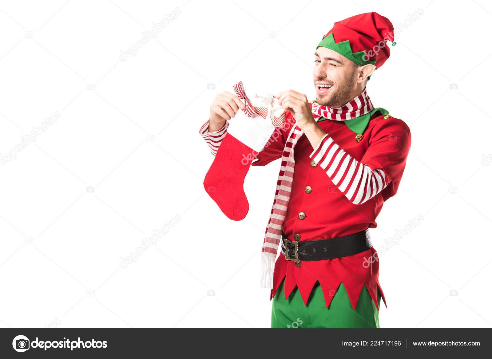 Muž v kostýmu skřítek vánoční létání a uvedení přítomné v červené vánoční  Punčocha izolované na bílém — Fotografie od ... b89954ba0e