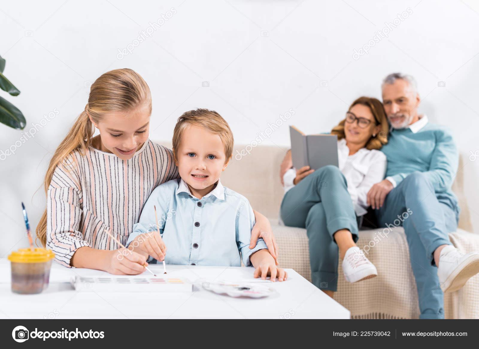 Tavolo Dietro Al Divano : Sorella fratello pittura tavolo mentre nonni che siede sul divano