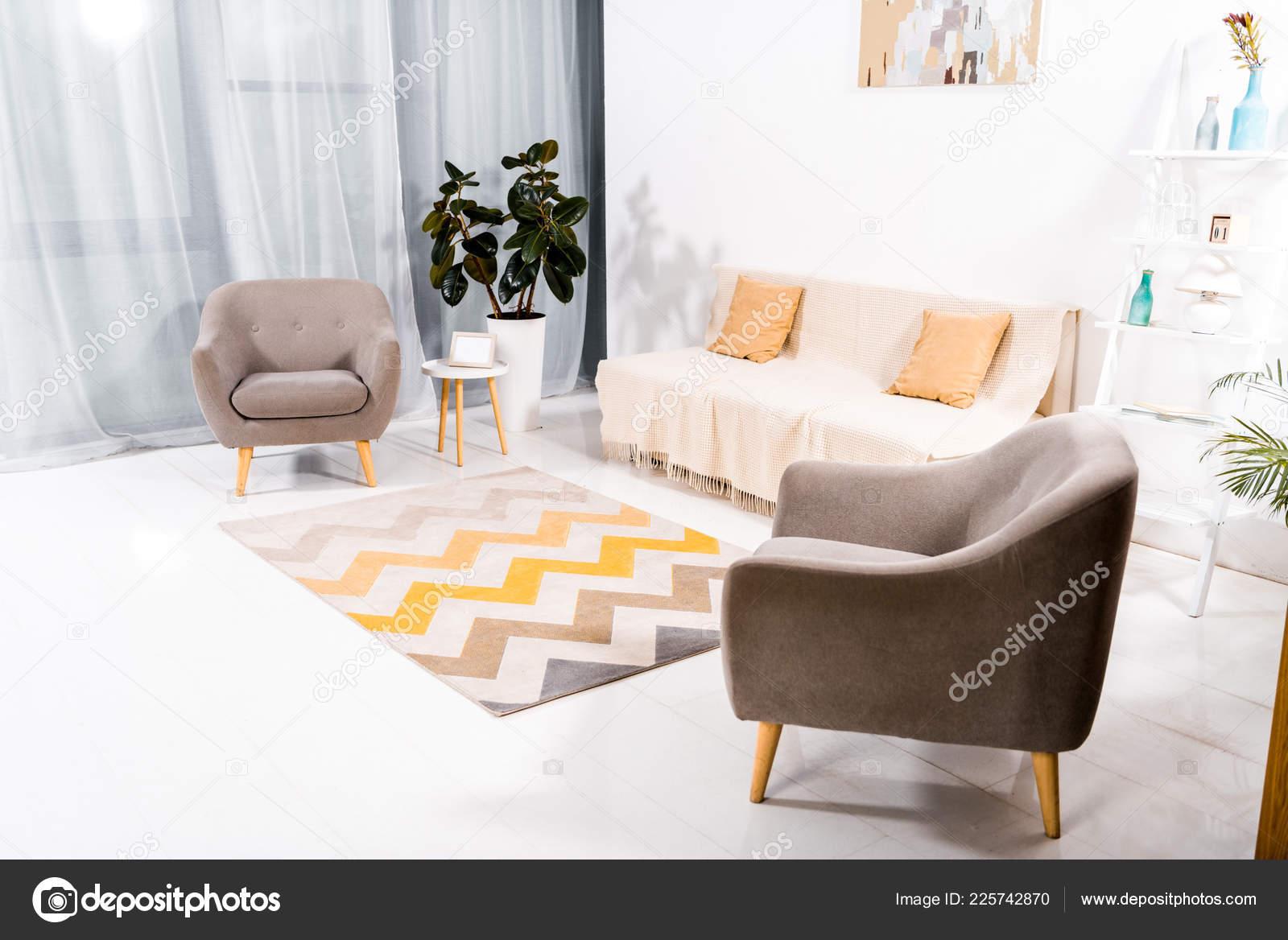 Innere Des Modernen Wohnzimmer Mit Teppich Sofa Und Gemälde Der ...