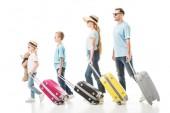 Rodinné procházky s barevnými zavazadel izolované na bílém