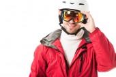 dospělý muž v červená lyžařská bunda a přilba nasadil brýle a usmívá izolovaná na bílém