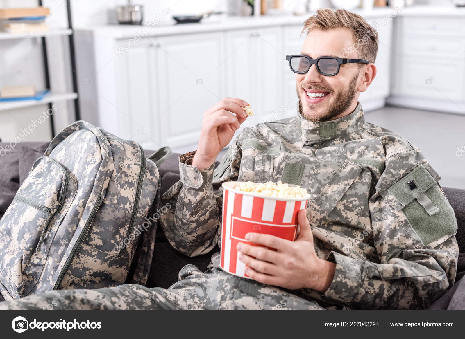 072d6fb88a Smiling Soldier Military Uniform Wearing Glasses Eating Popcorn Watching  Movie — Stock Photo