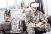 mosolygó katona videó lejátszás game kanapén virtuális-valóság sisak