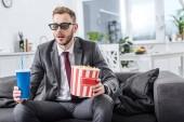 Fotografie Geschäftsmann auf Couch in 3d Brille mit Popcorn und Soda Wasser Film zu Hause