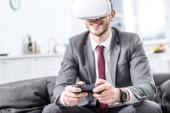 aufgeregt, Geschäftsmann, virtual-Reality-Kopfhörer tragen und Videospiel auf Couch zu Hause