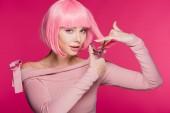 vonzó lány rózsaszín haj vágás ollóval elszigetelt rózsaszín