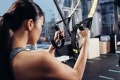 Fotografie zadní pohled na trénink s Cadillac v moderní tělocvičně sportovkyně