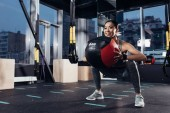 Fotografia attractive asian girl exercising with medicine ball at gym