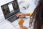 abgeschnittenes Bild einer Frau mit Kreditkarte und Laptop mit Linkedin auf dem Bildschirm