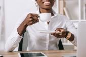 oříznutý pohled afroamerické ženy držící šálek kávy