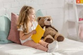 imádnivaló kid játék mackó és ágy egy szobában gyermekek könyv olvasó