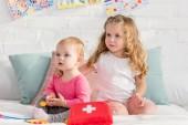 rozkošný sestry hrát s lékárničku v místnosti dětí a hledat dál