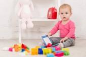 Fotografie Rozkošné dítě sedí na koberci a drží knihu v dětský pokoj