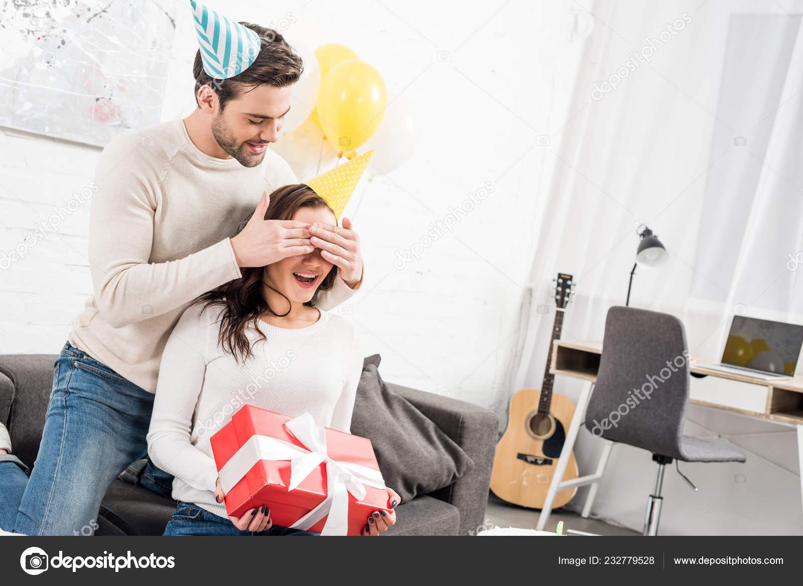 Man Feest Hoed Ogen Sluiten Het Maken Van Verjaardag Verrassing
