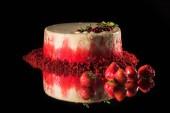 bílý dort zdobený červený rybíz a mátou poblíž jahody izolované na černém pozadí