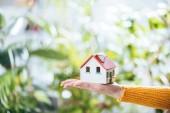 Selektivní fokus kartonu house modelu v rukou ženy, energetické účinnosti na domácí koncept