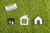 pohled shora papíru sídlí poblíž karty s nápisy, energetické účinnosti doma koncept