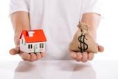 abgeschnittene Ansicht des Mannes mit Hausmodell und Geldbeutel isoliert auf weißem, Hypothekenkonzept